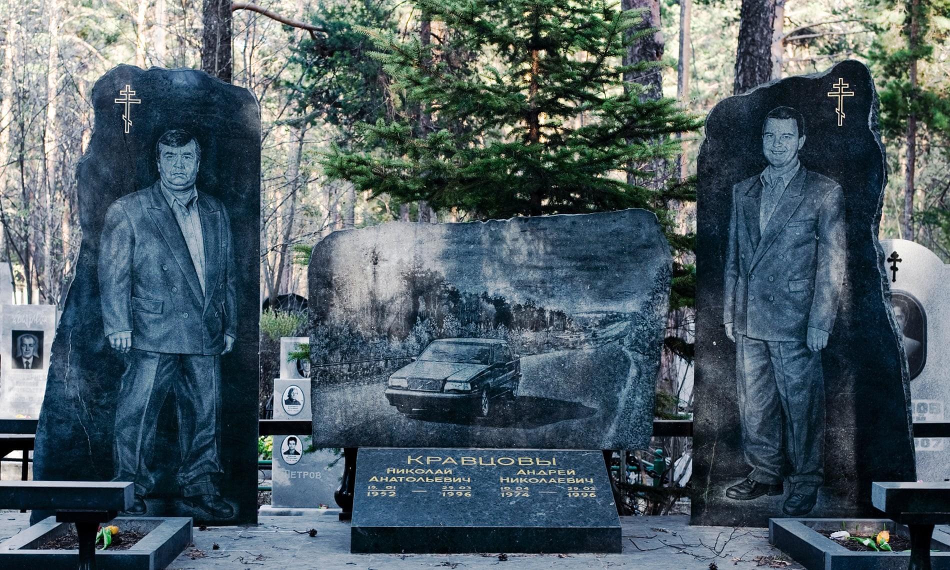 Nghĩa trang mafia tại Nga: Bia mộ chạm khắc toàn thân to như người thật, nhà lầu xe hơi cũng có luôn - Ảnh 1.