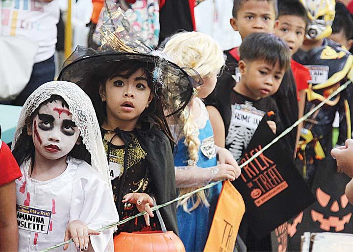 Halloween quanh thế giới: Cả nước Đức cùng ăn kẹo ngô, người Séc mang nến và hoa đi tảo mộ - Ảnh 5.