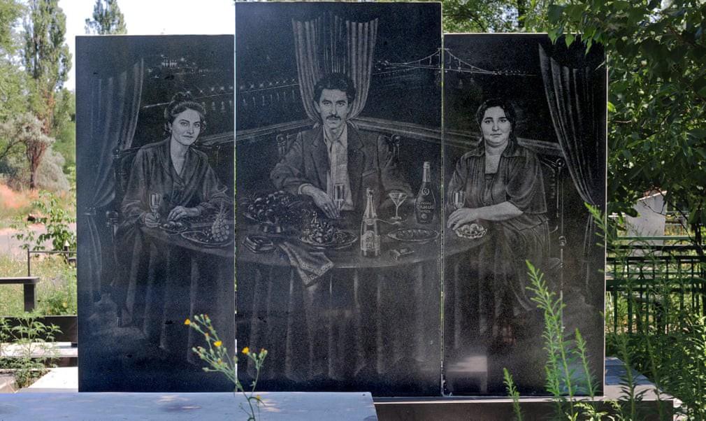 Nghĩa trang mafia tại Nga: Bia mộ chạm khắc toàn thân to như người thật, nhà lầu xe hơi cũng có luôn - Ảnh 4.