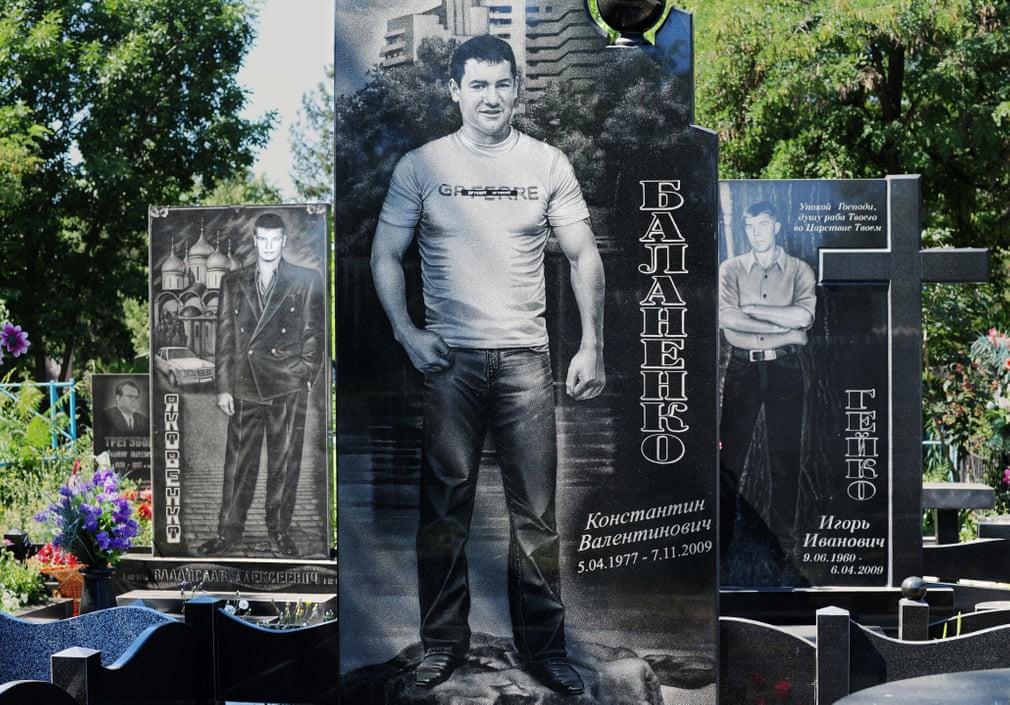 Nghĩa trang mafia tại Nga: Bia mộ chạm khắc toàn thân to như người thật, nhà lầu xe hơi cũng có luôn - Ảnh 11.