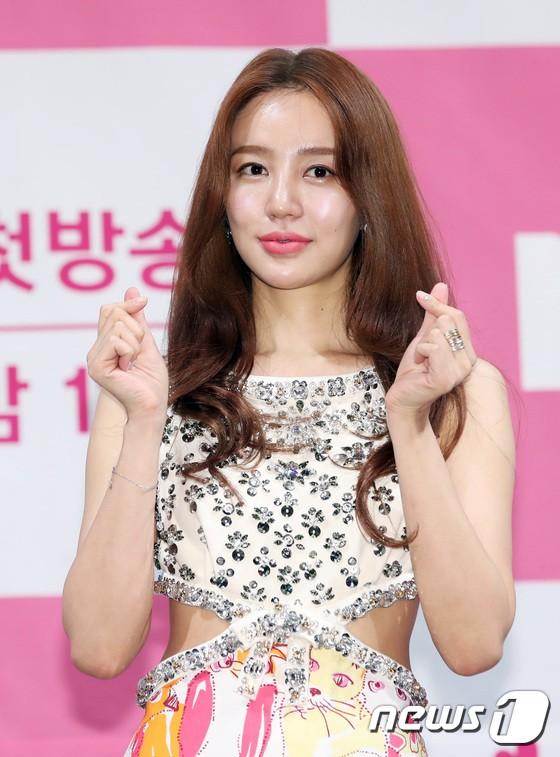 Trở lại sau 5 năm, Yoon Eun Hye hở da thịt táo bạo song gương mặt đầy dấu hiệu thẩm mỹ của cô mới gây chú ý - Ảnh 7.