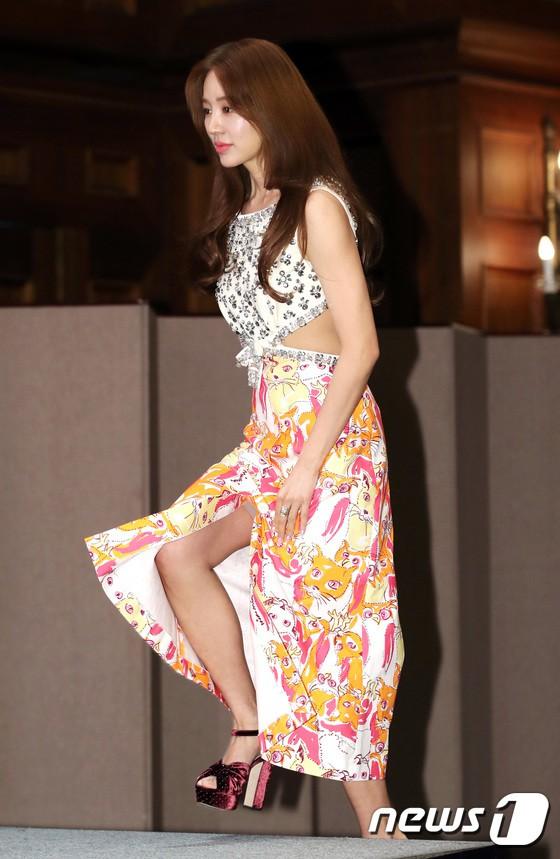Trở lại sau 5 năm, Yoon Eun Hye hở da thịt táo bạo song gương mặt đầy dấu hiệu thẩm mỹ của cô mới gây chú ý - Ảnh 1.