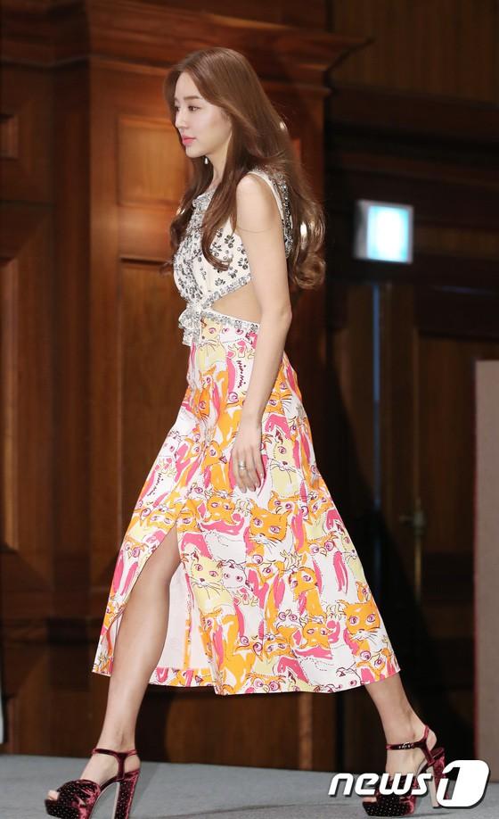 Trở lại sau 5 năm, Yoon Eun Hye hở da thịt táo bạo song gương mặt đầy dấu hiệu thẩm mỹ của cô mới gây chú ý - Ảnh 2.