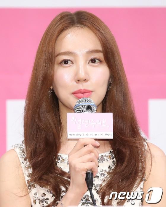 Trở lại sau 5 năm, Yoon Eun Hye hở da thịt táo bạo song gương mặt đầy dấu hiệu thẩm mỹ của cô mới gây chú ý - Ảnh 8.