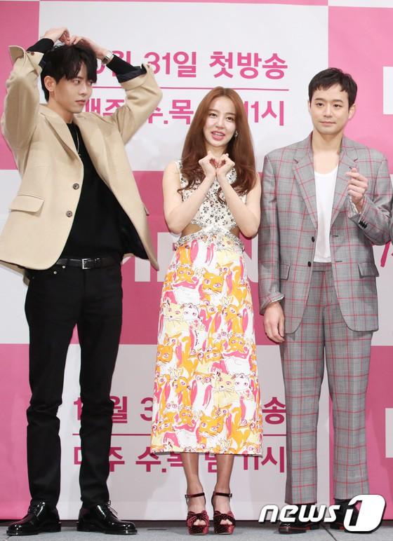 Trở lại sau 5 năm, Yoon Eun Hye hở da thịt táo bạo song gương mặt đầy dấu hiệu thẩm mỹ của cô mới gây chú ý - Ảnh 14.