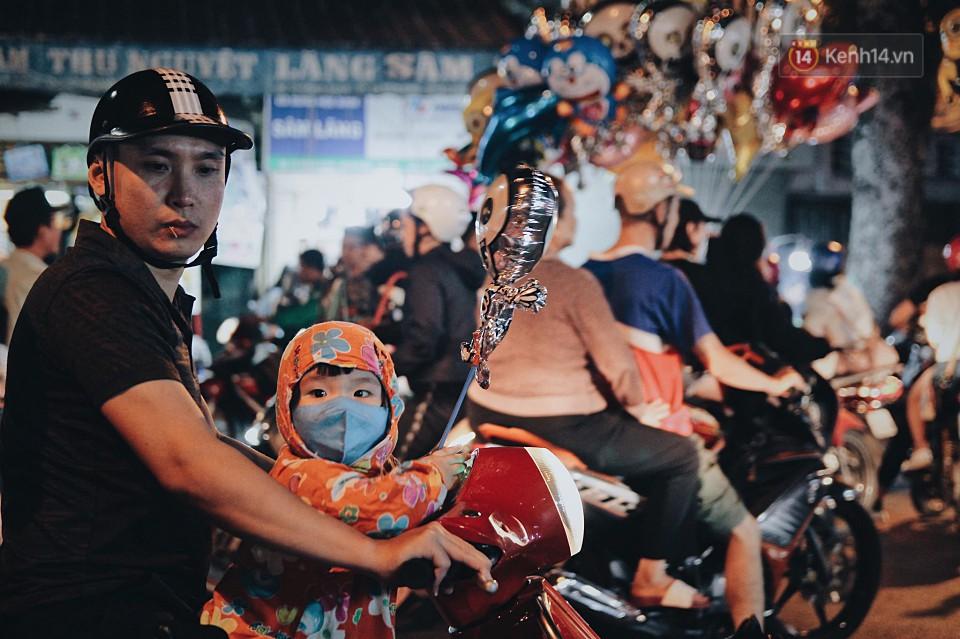 Hà Nội và Sài Gòn tràn ngập ma quỷ đêm Halloween: Từ cương thi, vô diện đến phù thủy tưng bừng xuống phố - Ảnh 9.