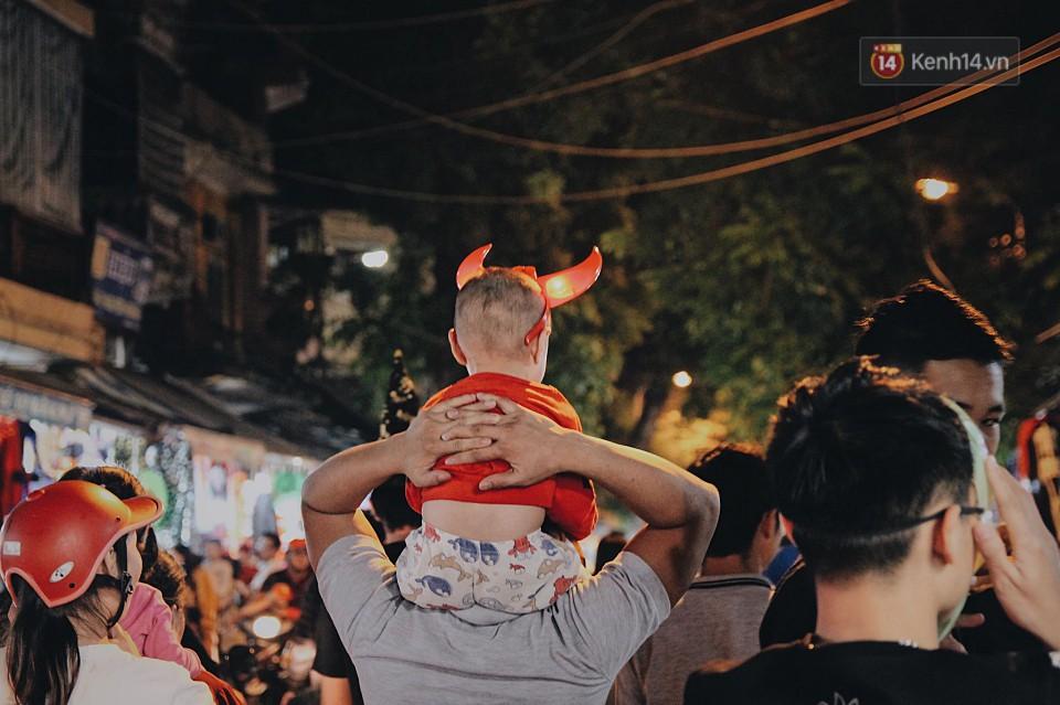 Hà Nội và Sài Gòn tràn ngập ma quỷ đêm Halloween: Từ cương thi, vô diện đến phù thủy tưng bừng xuống phố - Ảnh 8.