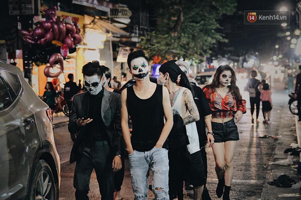 Hà Nội và Sài Gòn tràn ngập ma quỷ đêm Halloween: Từ cương thi, vô diện đến phù thủy tưng bừng xuống phố - Ảnh 2.