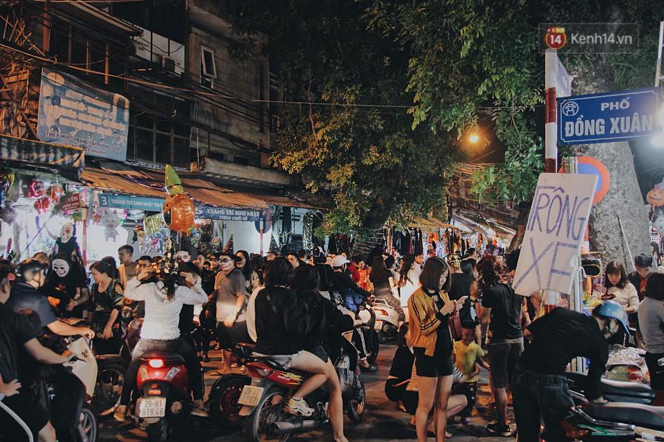 Hà Nội và Sài Gòn tràn ngập ma quỷ đêm Halloween: Từ cương thi, vô diện đến phù thủy tưng bừng xuống phố - Ảnh 1.