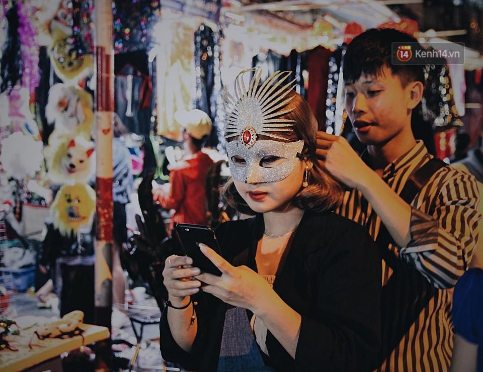 Hà Nội và Sài Gòn tràn ngập ma quỷ đêm Halloween: Từ cương thi, vô diện đến phù thủy tưng bừng xuống phố - Ảnh 6.