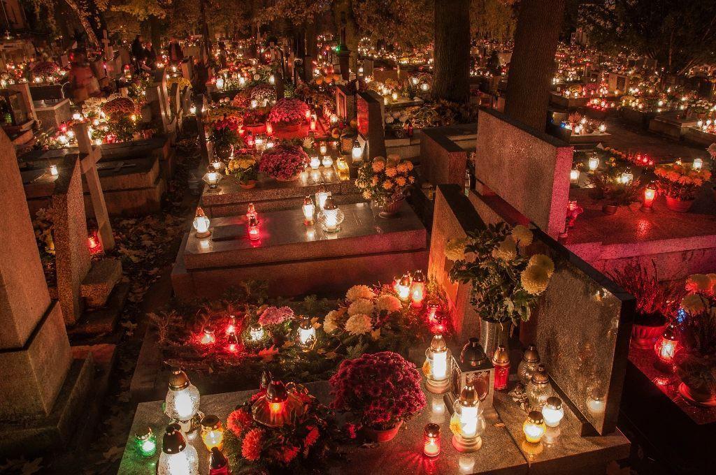 Halloween quanh thế giới: Cả nước Đức cùng ăn kẹo ngô, người Séc mang nến và hoa đi tảo mộ - Ảnh 4.