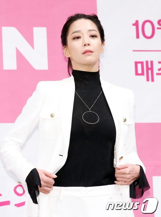 Trở lại sau 5 năm, Yoon Eun Hye hở da thịt táo bạo song gương mặt đầy dấu hiệu thẩm mỹ của cô mới gây chú ý - Ảnh 13.