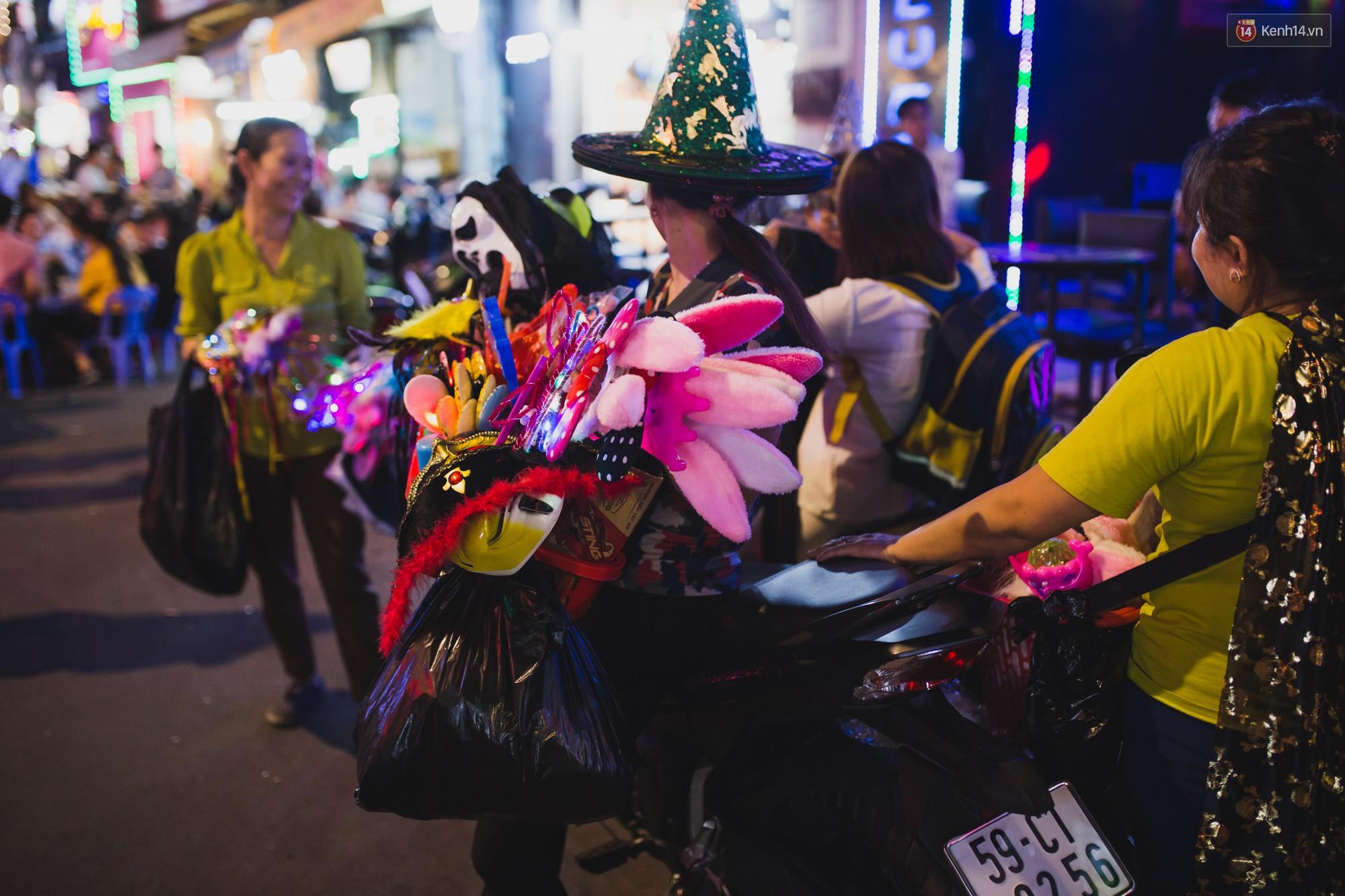 Hà Nội và Sài Gòn tràn ngập ma quỷ đêm Halloween: Từ cương thi, vô diện đến phù thủy tưng bừng xuống phố - Ảnh 15.