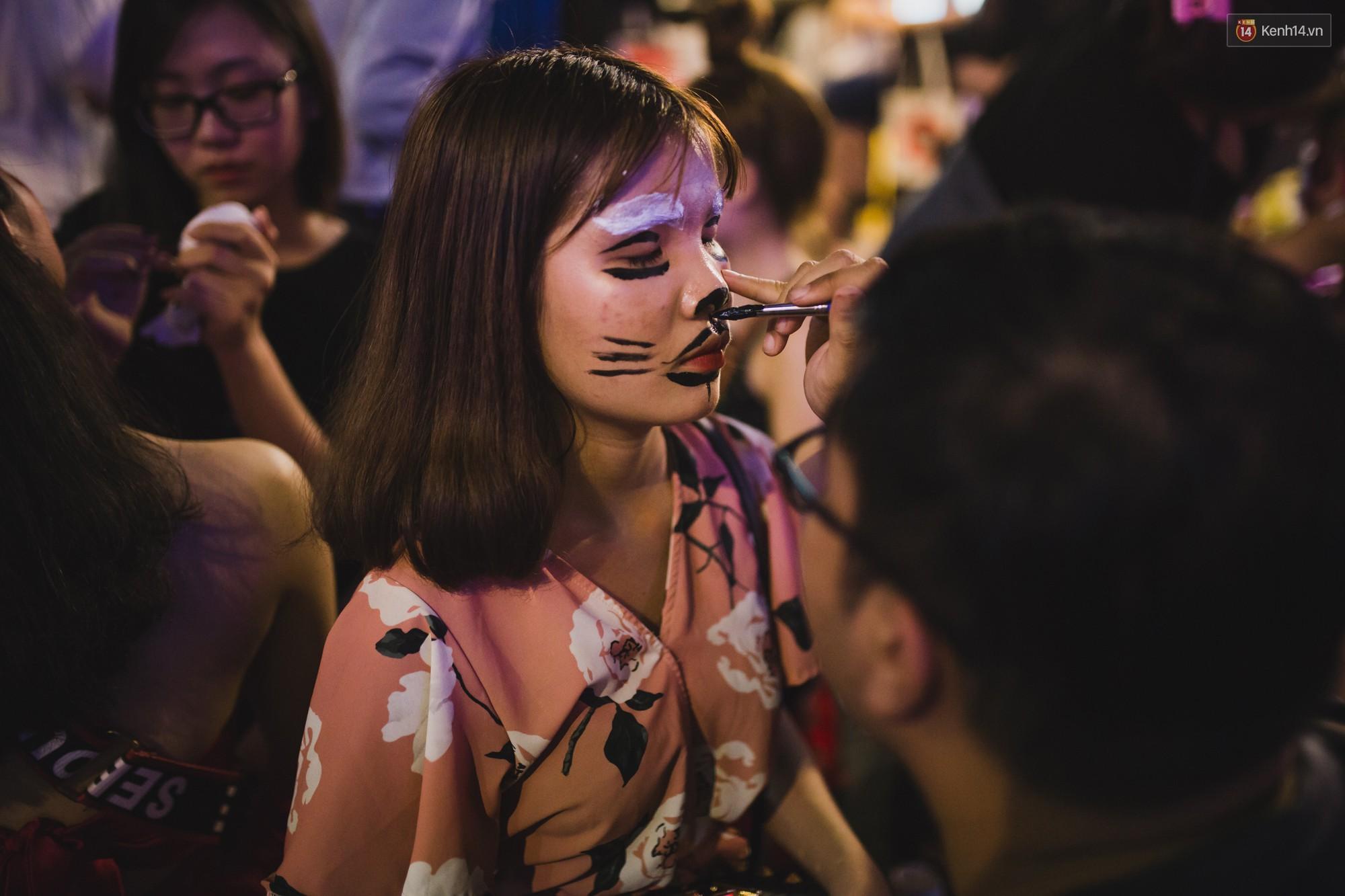 Hà Nội và Sài Gòn tràn ngập ma quỷ đêm Halloween: Từ cương thi, vô diện đến phù thủy tưng bừng xuống phố - Ảnh 14.