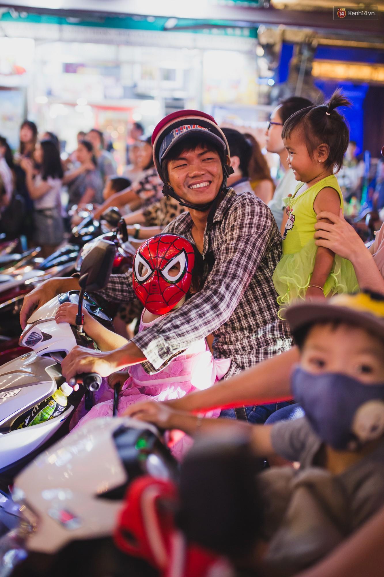 Hà Nội và Sài Gòn tràn ngập ma quỷ đêm Halloween: Từ cương thi, vô diện đến phù thủy tưng bừng xuống phố - Ảnh 16.