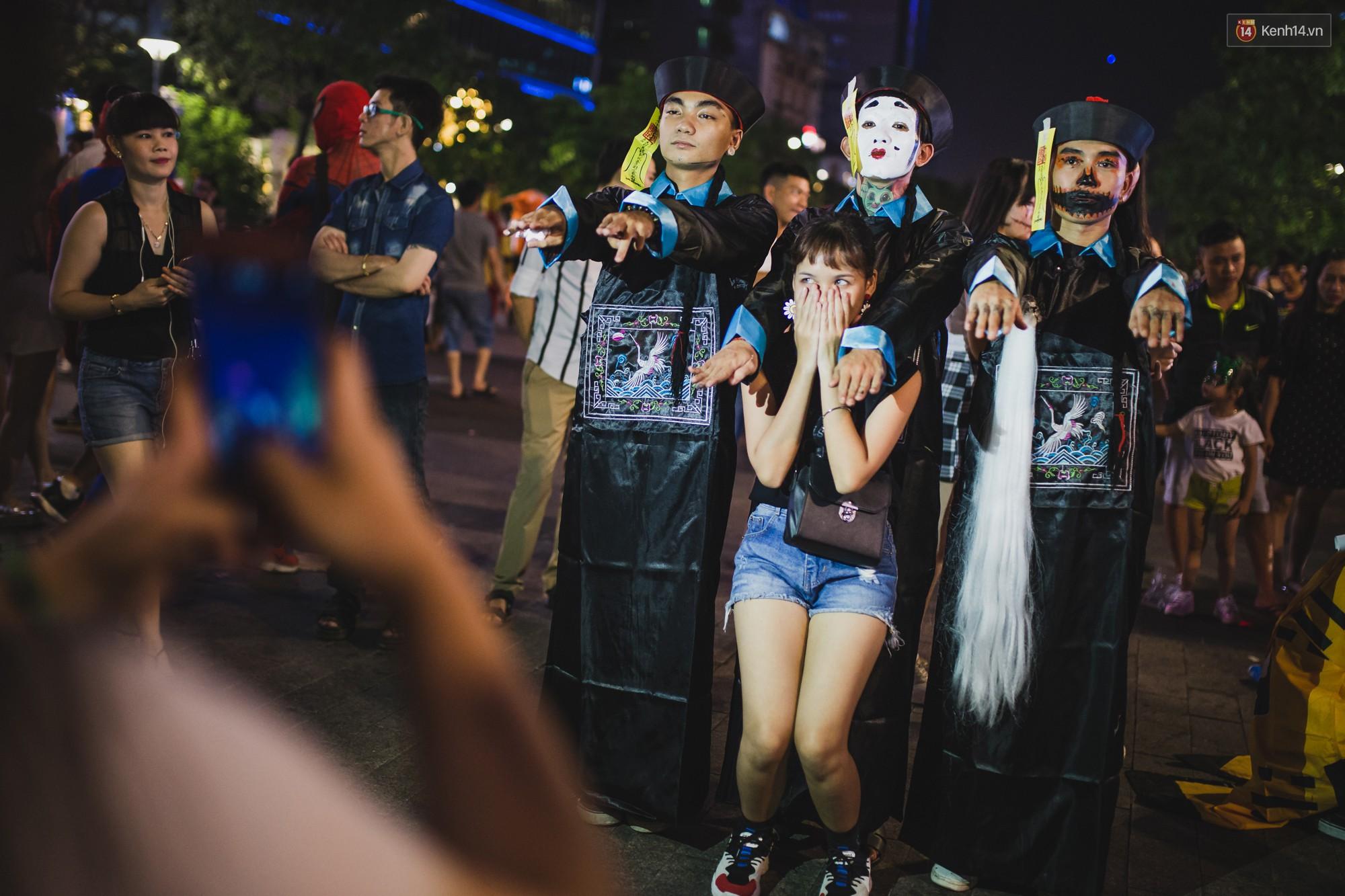 Hà Nội và Sài Gòn tràn ngập ma quỷ đêm Halloween: Từ cương thi, vô diện đến phù thủy tưng bừng xuống phố - Ảnh 11.