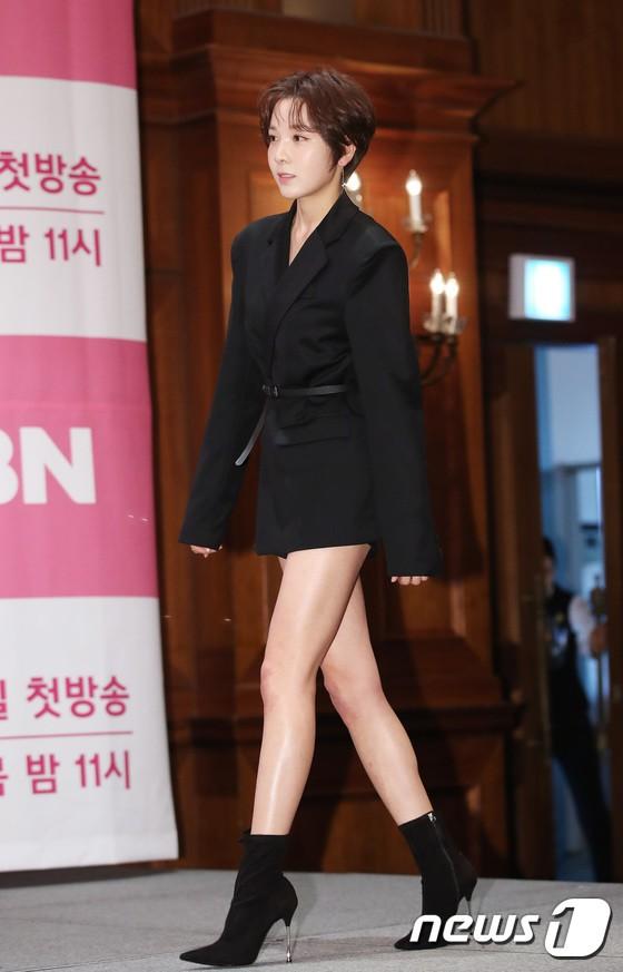 Trở lại sau 5 năm, Yoon Eun Hye hở da thịt táo bạo song gương mặt đầy dấu hiệu thẩm mỹ của cô mới gây chú ý - Ảnh 11.