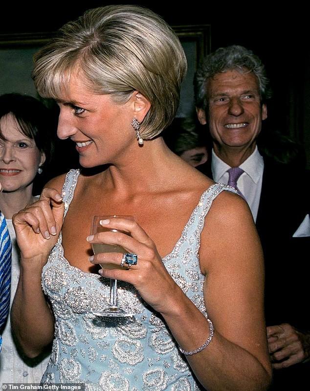 Với loạt chi tiết này, báo Anh tin rằng cả Hoàng gia đang xem Meghan Markle như Công nương Diana thứ 2 - Ảnh 2.