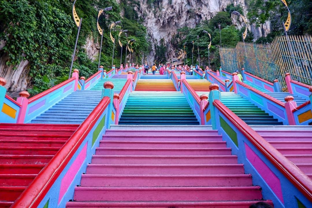 Dân sành sống ảo đang đổ xô check-in tại cầu thang 7 sắc cầu vồng đẹp như lối vào thiên đường - Ảnh 9.