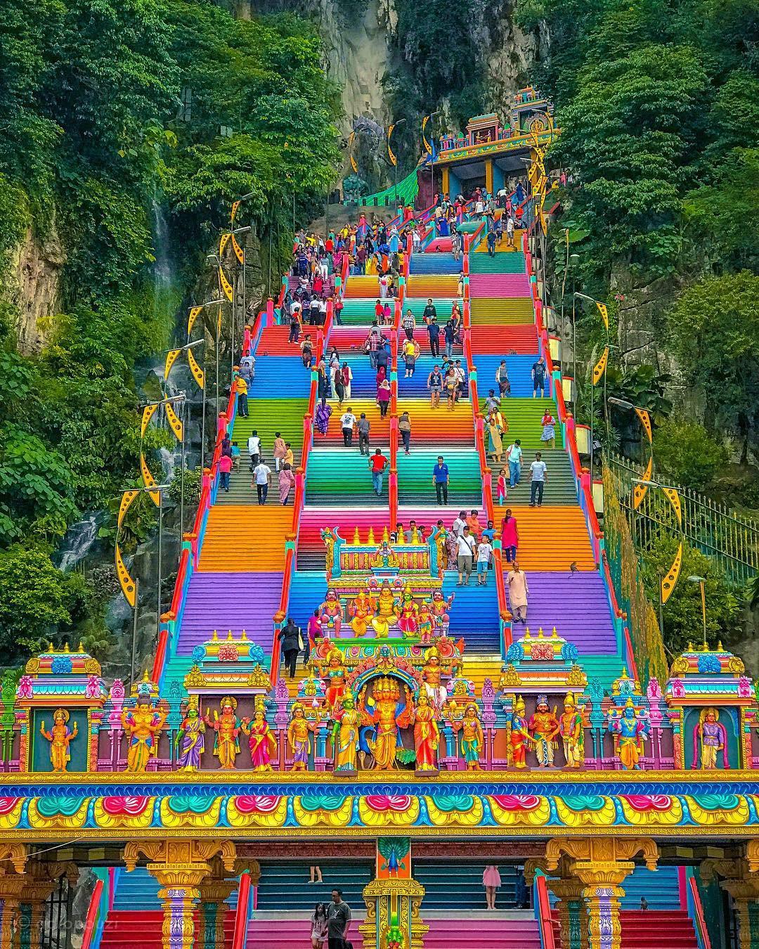 Dân sành sống ảo đang đổ xô check-in tại cầu thang 7 sắc cầu vồng đẹp như lối vào thiên đường - Ảnh 10.