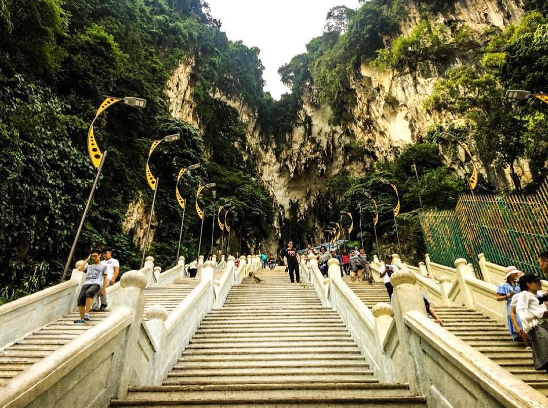 Dân sành sống ảo đang đổ xô check-in tại cầu thang 7 sắc cầu vồng đẹp như lối vào thiên đường - Ảnh 4.