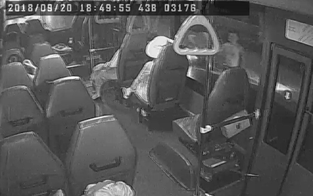 Nam thanh niên ở trần cầm mã tấu đe dọa tài xế và hành khách trên xe buýt.