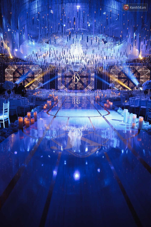 Không gian cưới ngập ánh nến, đẹp lung linh như cổ tích của Lan Khuê và John Tuấn Nguyễn - Ảnh 1.