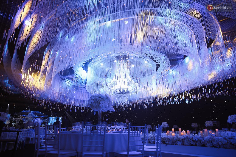 Không gian cưới ngập ánh nến, đẹp lung linh như cổ tích của Lan Khuê và John Tuấn Nguyễn - Ảnh 2.