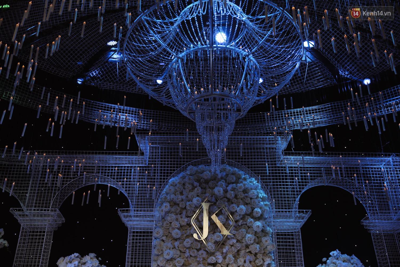 Không gian cưới ngập ánh nến, đẹp lung linh như cổ tích của Lan Khuê và John Tuấn Nguyễn - Ảnh 3.