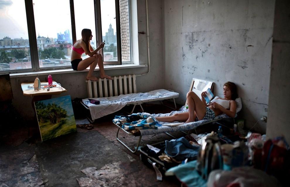 Chùm ảnh: Hiện thực phũ phàng, cuộc sống tối tăm bên trong ký túc xá các trường Đại học trên thế giới - Ảnh 3.