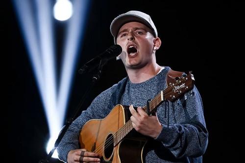 Cả trường quay náo loạn khi thí sinh X-Factor bất ngờ ngã ngửa khỏi sân khấu - Ảnh 1.