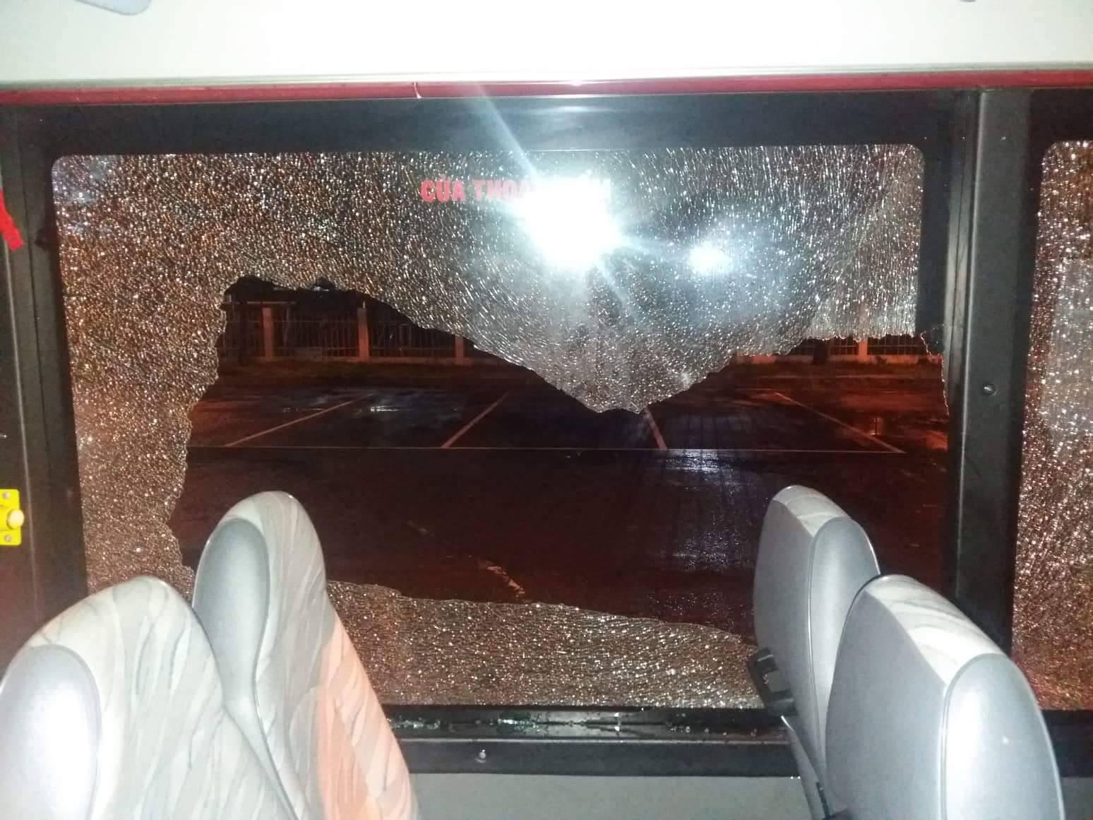 Cửa kính xe buýt bị nam thanh niên cầm mã tấu đập phá.