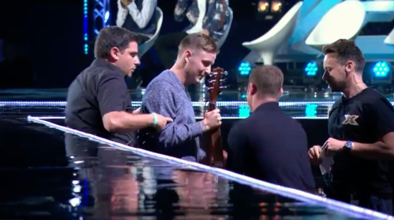 Cả trường quay náo loạn khi thí sinh X-Factor bất ngờ ngã ngửa khỏi sân khấu - Ảnh 8.