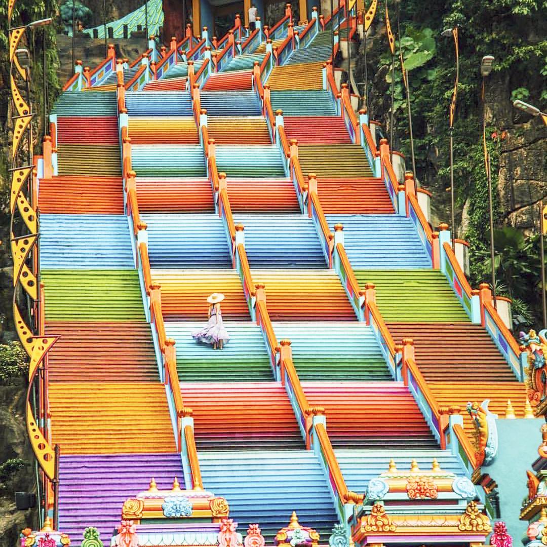 Dân sành sống ảo đang đổ xô check-in tại cầu thang 7 sắc cầu vồng đẹp như lối vào thiên đường - Ảnh 3.