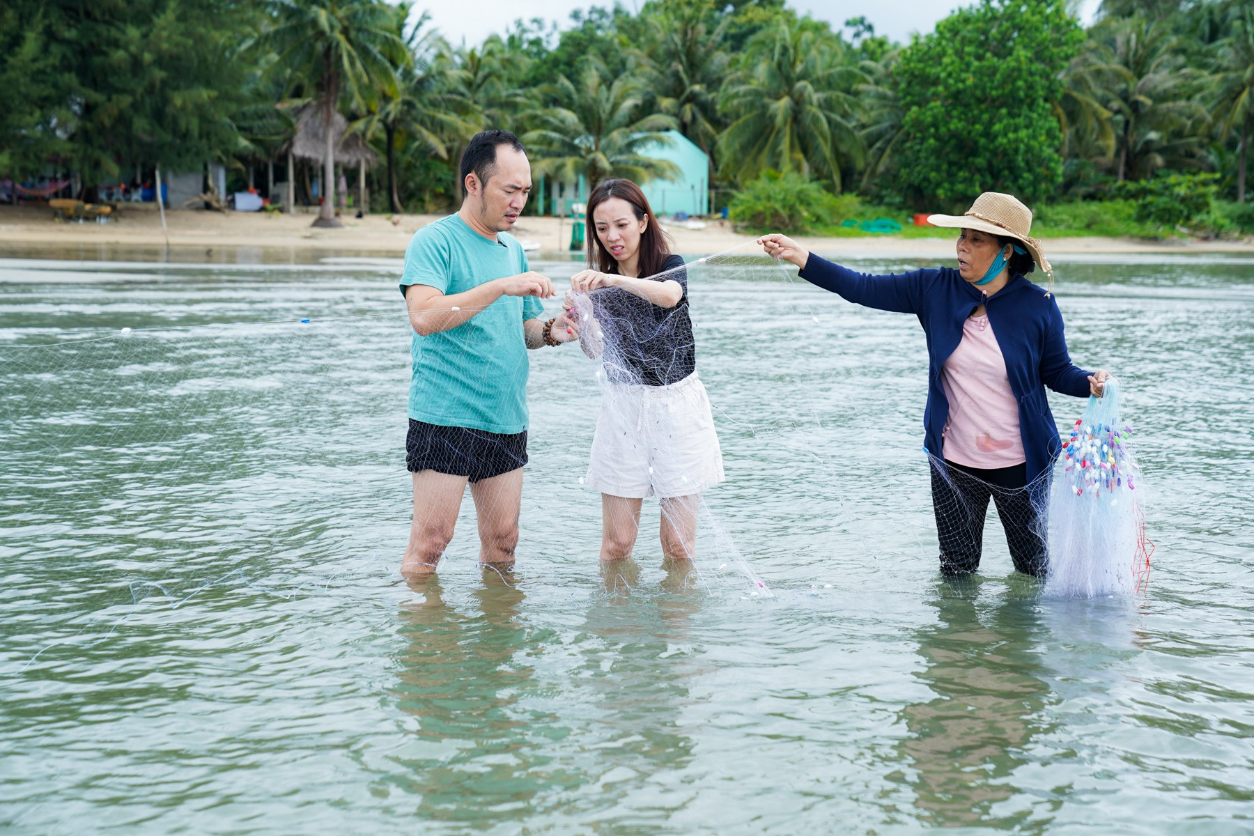Thu Trang - Tiến Luật hăng hái đi phượt trong mưa giữa đảo ngọc Phú Quốc trong show truyền hình thực tế