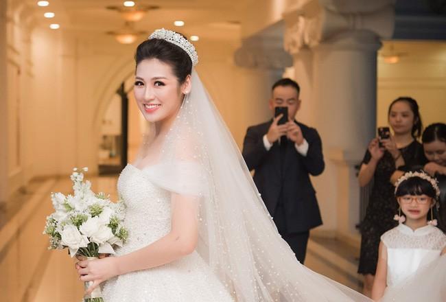 4 cô dâu đẹp nhất Vbiz năm 2018: Mỗi người một vẻ nhưng vẫn có điểm chung nhan sắc, tinh ý một chút là nhận ra ngay - Ảnh 9.