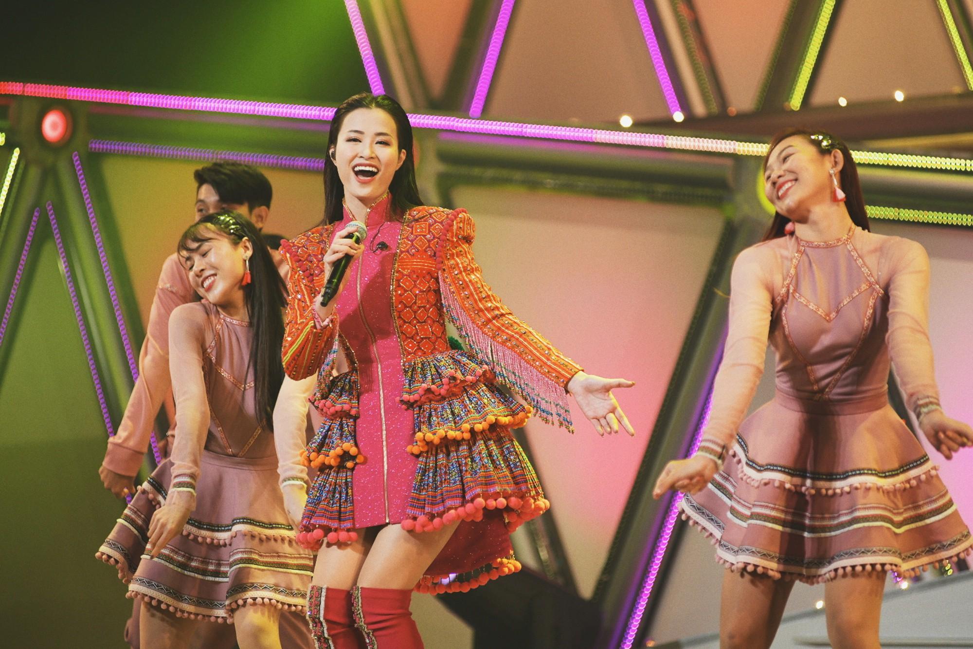 """Clip đang hot: Đông Nhi """"bắn"""" tiếng Nhật lưu loát đến ngỡ ngàng trên sân khấu Nhật Bản khiến fan Việt nức lòng - Ảnh 6."""