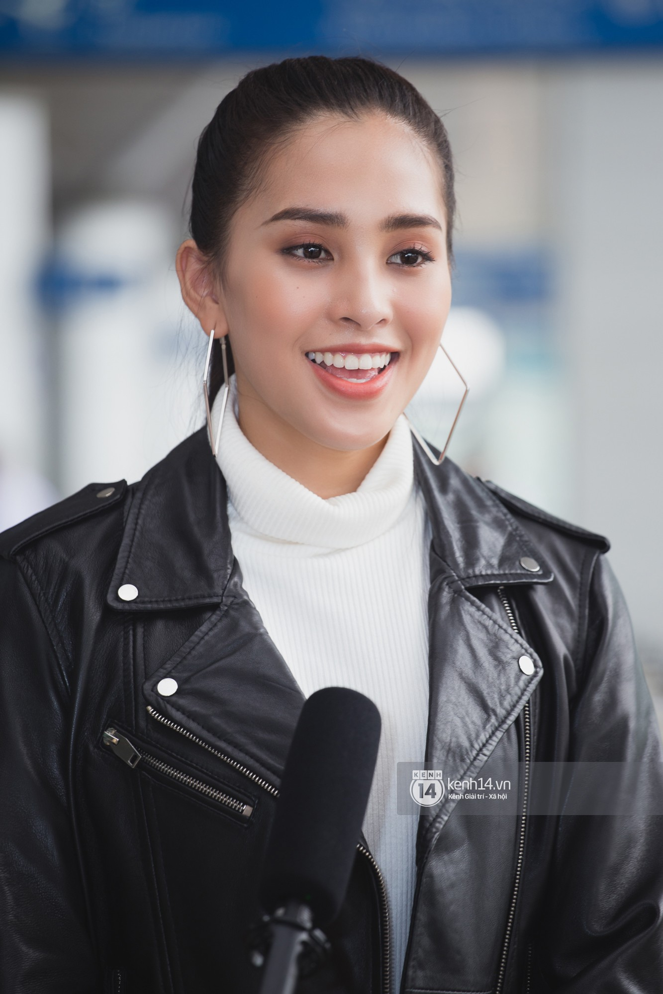Trần Tiểu Vy ở lại sân bay tiễn Bùi Phương Nga đi thi Hoa hậu quốc tế - Ảnh 12.