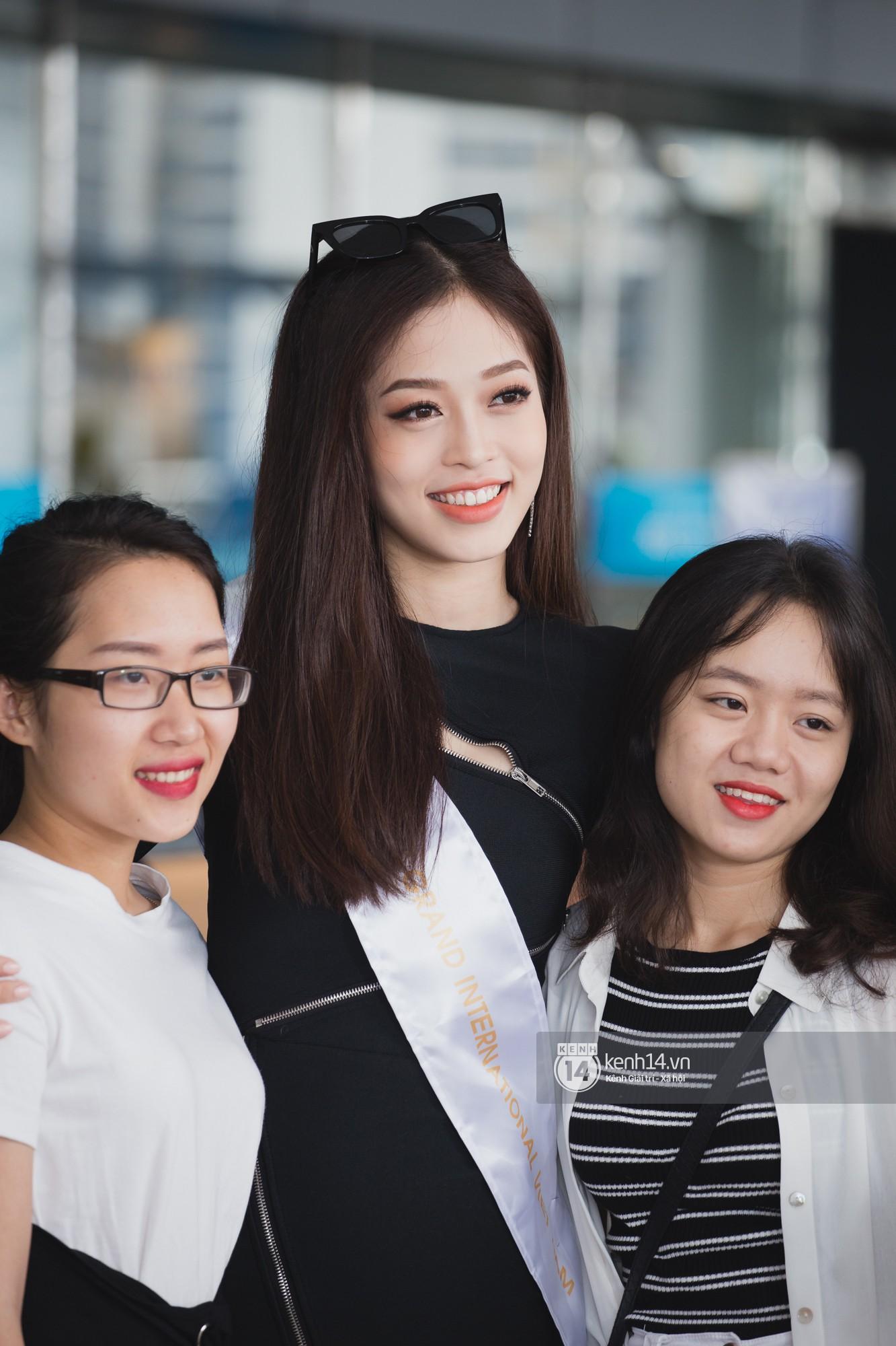 Trần Tiểu Vy ở lại sân bay tiễn Bùi Phương Nga đi thi Hoa hậu quốc tế - Ảnh 14.