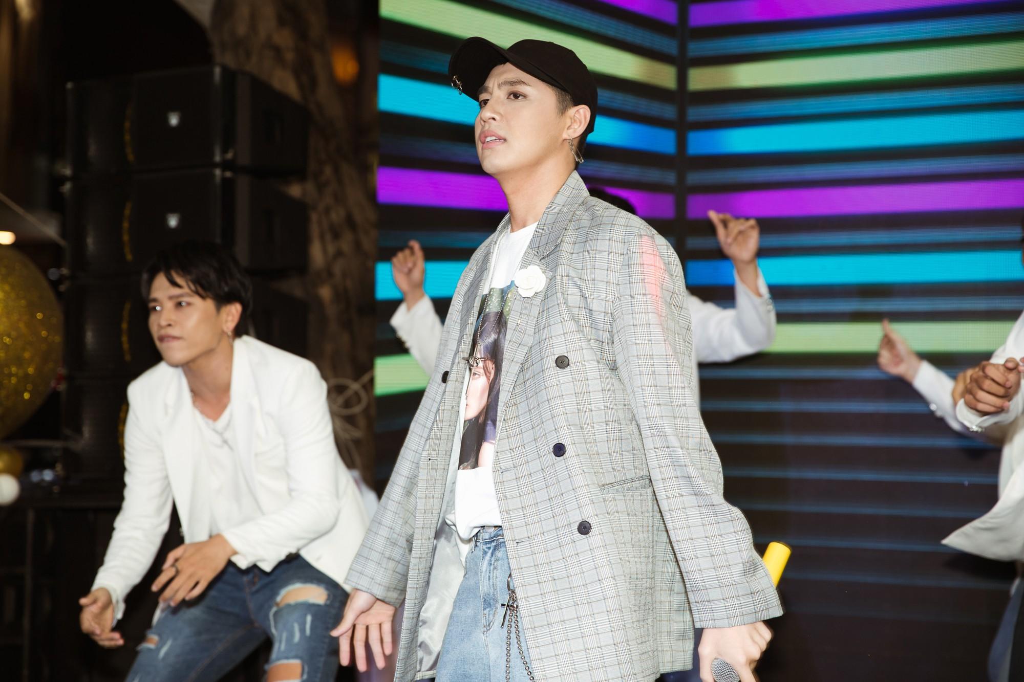 Giữa ồn ào, Noo Phước Thịnh tiều tuỵ đi điễn show cuối trước khi tạm nghỉ ngơi - Ảnh 2.