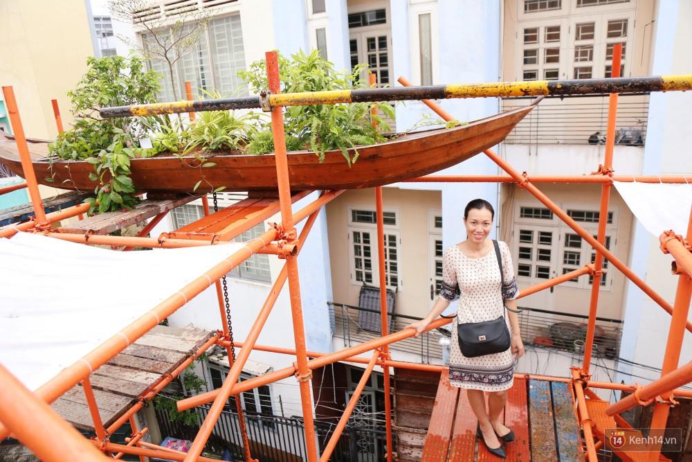 Chị Vi cho biết, trên sân thượng và phía mặt tiền quán có bố trí 18 chiếc thuyền gỗ trồng cây xanh, được tưới nước tự động.