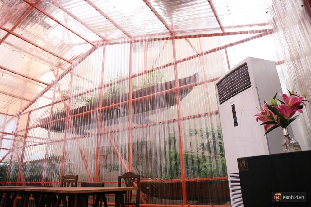 Do tường và mái bằng tôn trong suốt nên quán đặt máy lạnh công suất lớn để giải nhiệt cho khách.