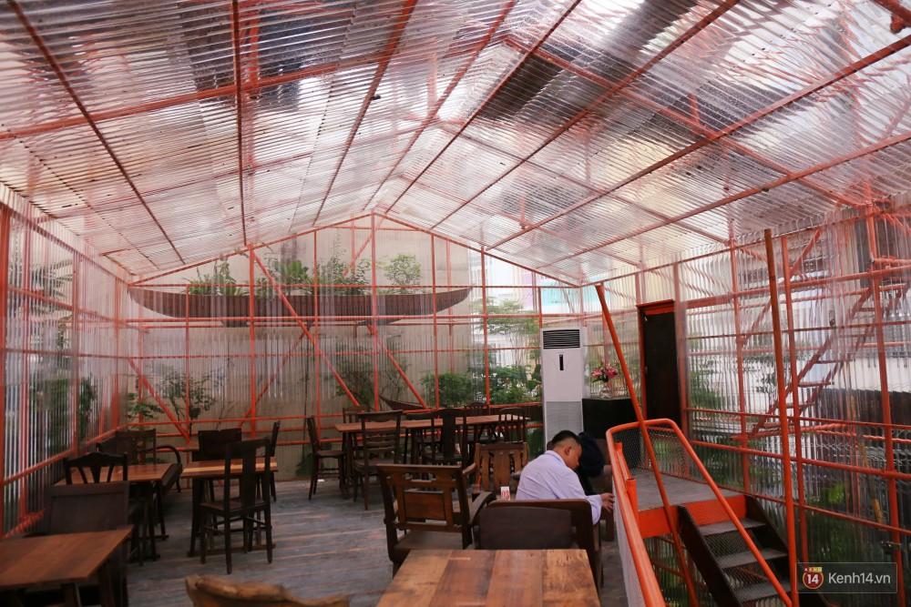 Phần tường và mái được làm bằng tôn nhựa polyme trong suốt.