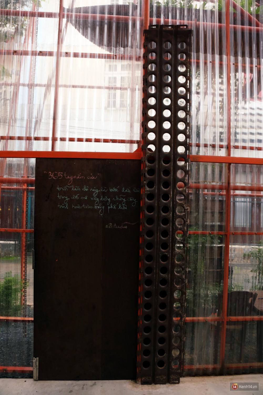 Miếng sắt thường dùng để kê lên giàn giáo công trình ngày xưa được làm cổng ra vào.