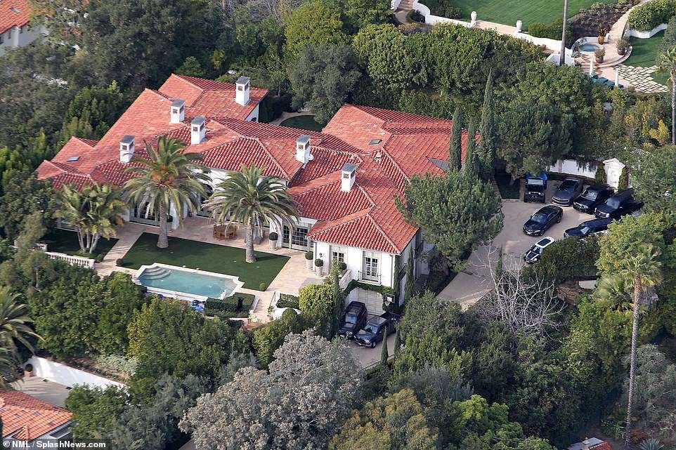Vợ chồng David Beckham bán biệt thự 6 phòng ngủ 9 phòng tắm lãi 258 tỷ - Ảnh 1.
