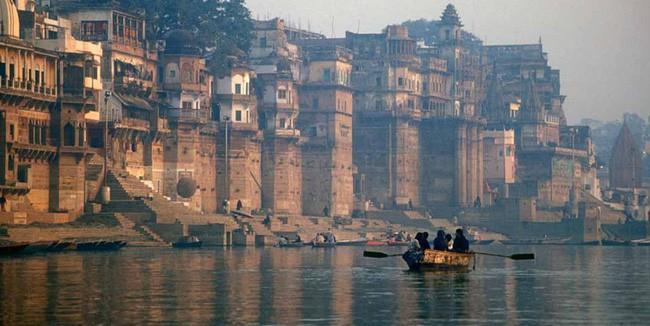 Ấn Độ: Hai gã đàn ông cưỡng bức một phụ nữ ngay bờ sông Hằng còn quay phim khoe lên mạng khiến dư luận hết sức phẫn nộ - Ảnh 2.