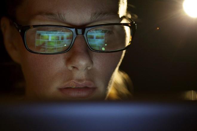 Đây là chiếc kính hoàn hảo cho dân văn phòng cả ngày cắm mặt vào máy tính - Ảnh 1.
