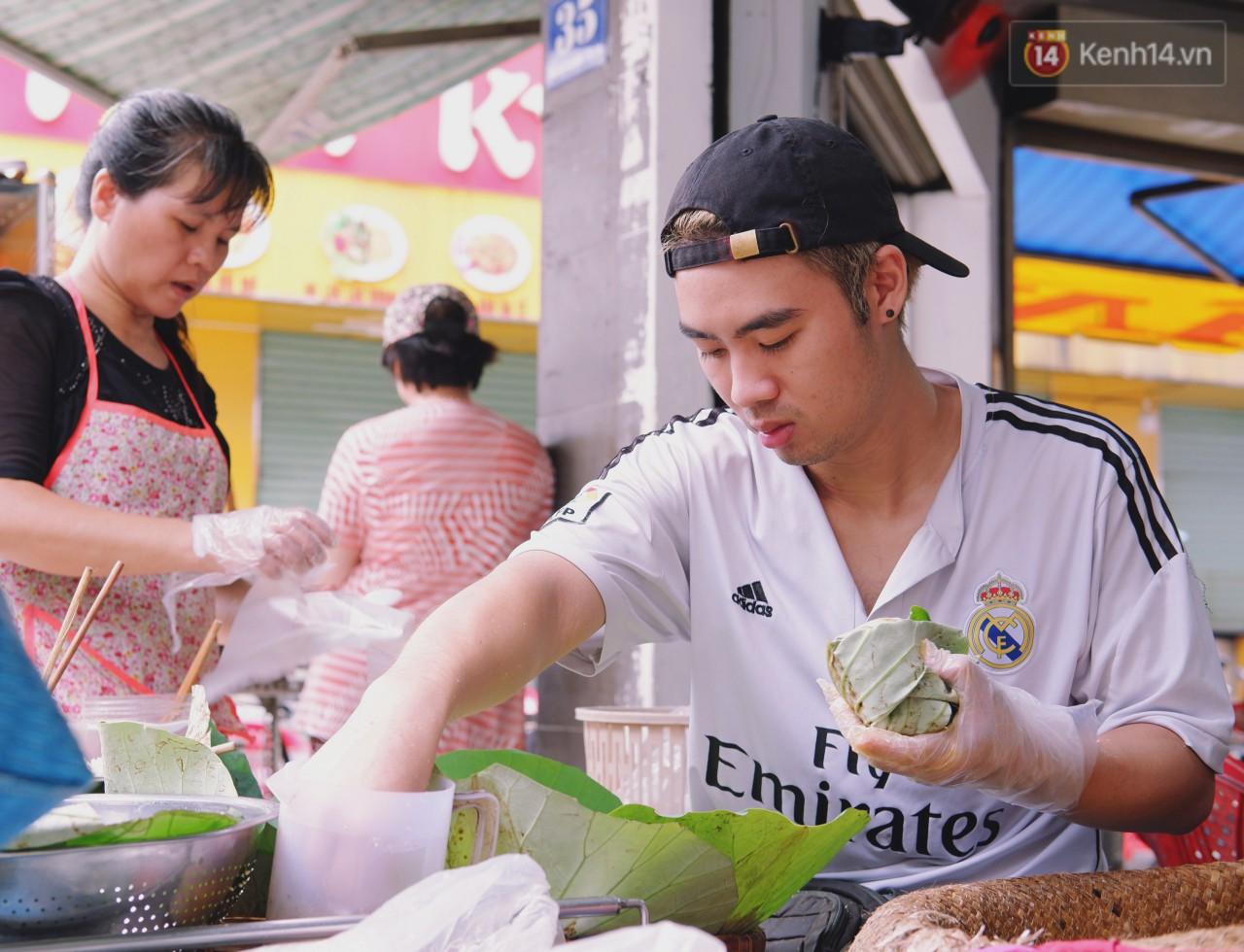 Quán xôi gói bằng lá sen mỗi sáng chỉ bán 3 tiếng là hết veo, người Sài Gòn xếp hàng nườm nượp chờ mua - Ảnh 5.