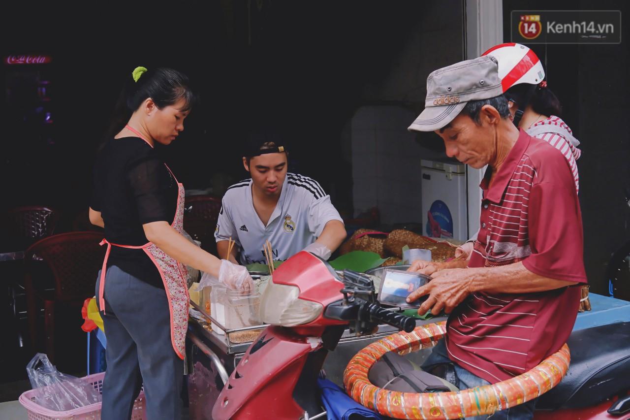 Quán xôi gói bằng lá sen mỗi sáng chỉ bán 3 tiếng là hết veo, người Sài Gòn xếp hàng nườm nượp chờ mua - Ảnh 7.