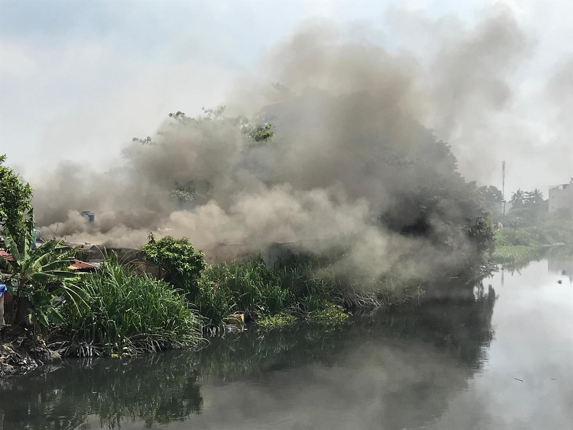 Khói lửa bao trùm cơ sở thu mua ve chai cạnh dãy nhà trọ ở Sài Gòn, hàng chục người bỏ chạy tán loạn - Ảnh 1.